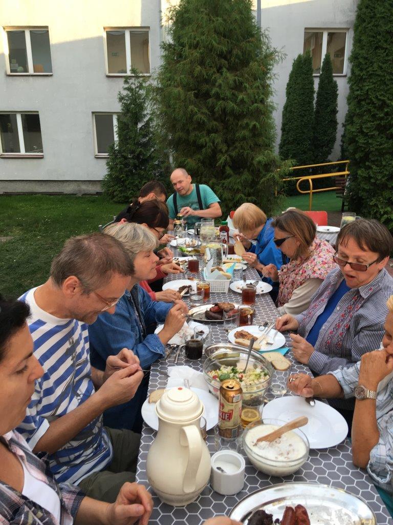 Grillowe co nie co smakuje najlepiej w grupie – jesteśmy podczas wspólnego posiłku na świeżym powietrzu