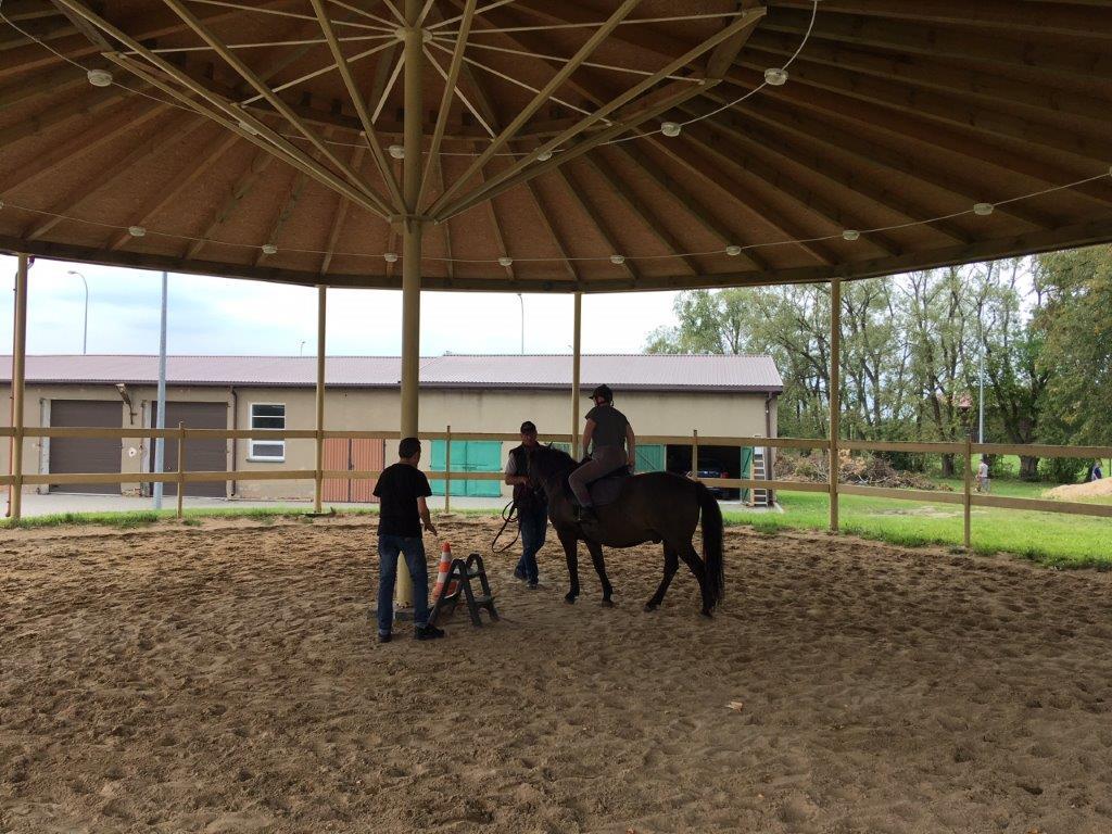 Uczestniczka zjazdu podczas treningu jazdy konnej na padoku