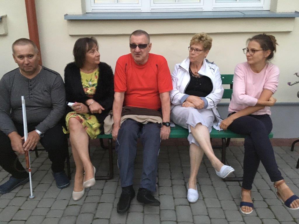 Ławeczka integrująca- mieszana reprezentacja grupy, trzy panie i dwóch panów siedząca na ławce podczas przerwy między zajęciami