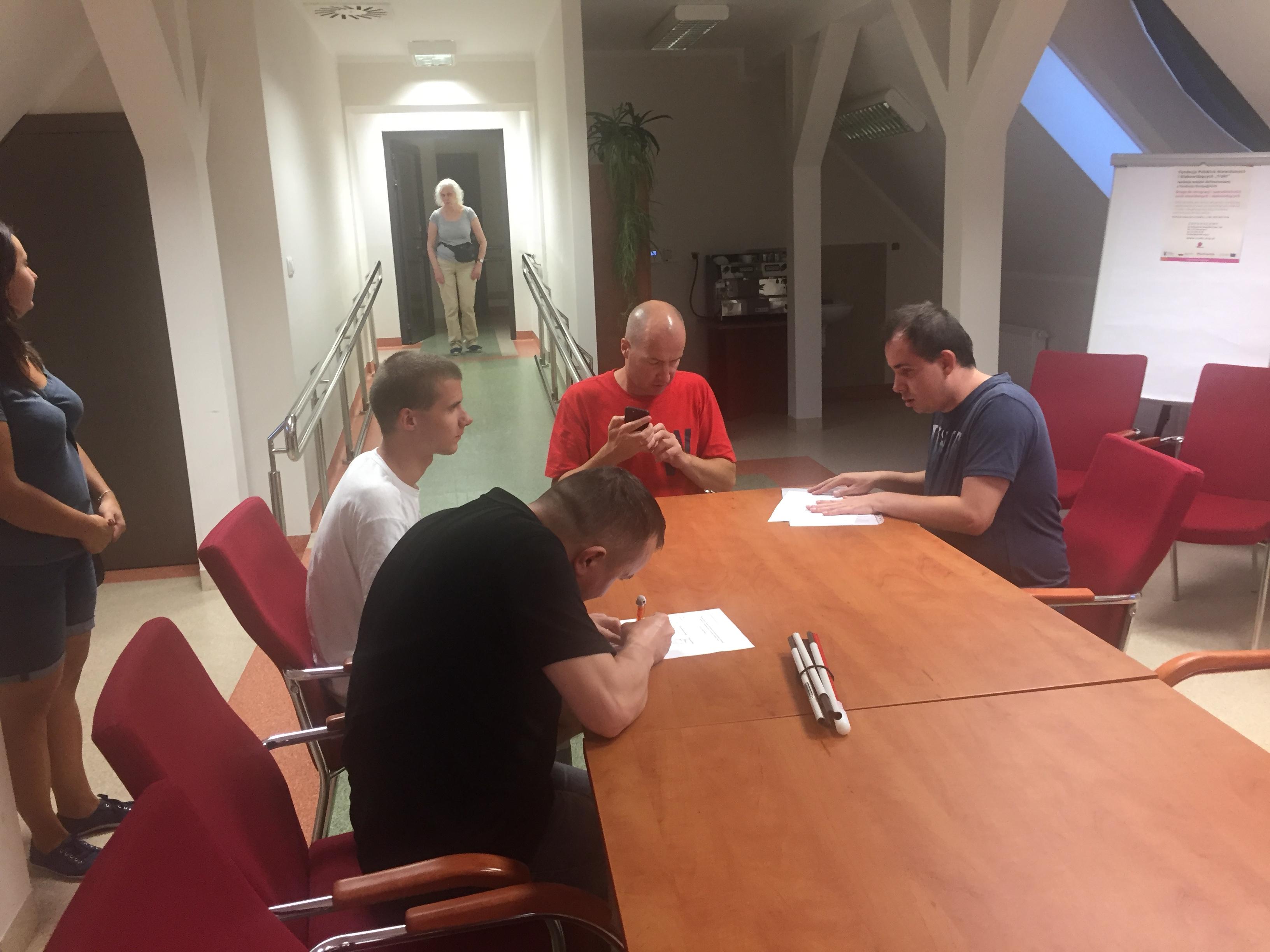 Męska reprezentacja grupy podczas szkolenia grupowego z IPhonów