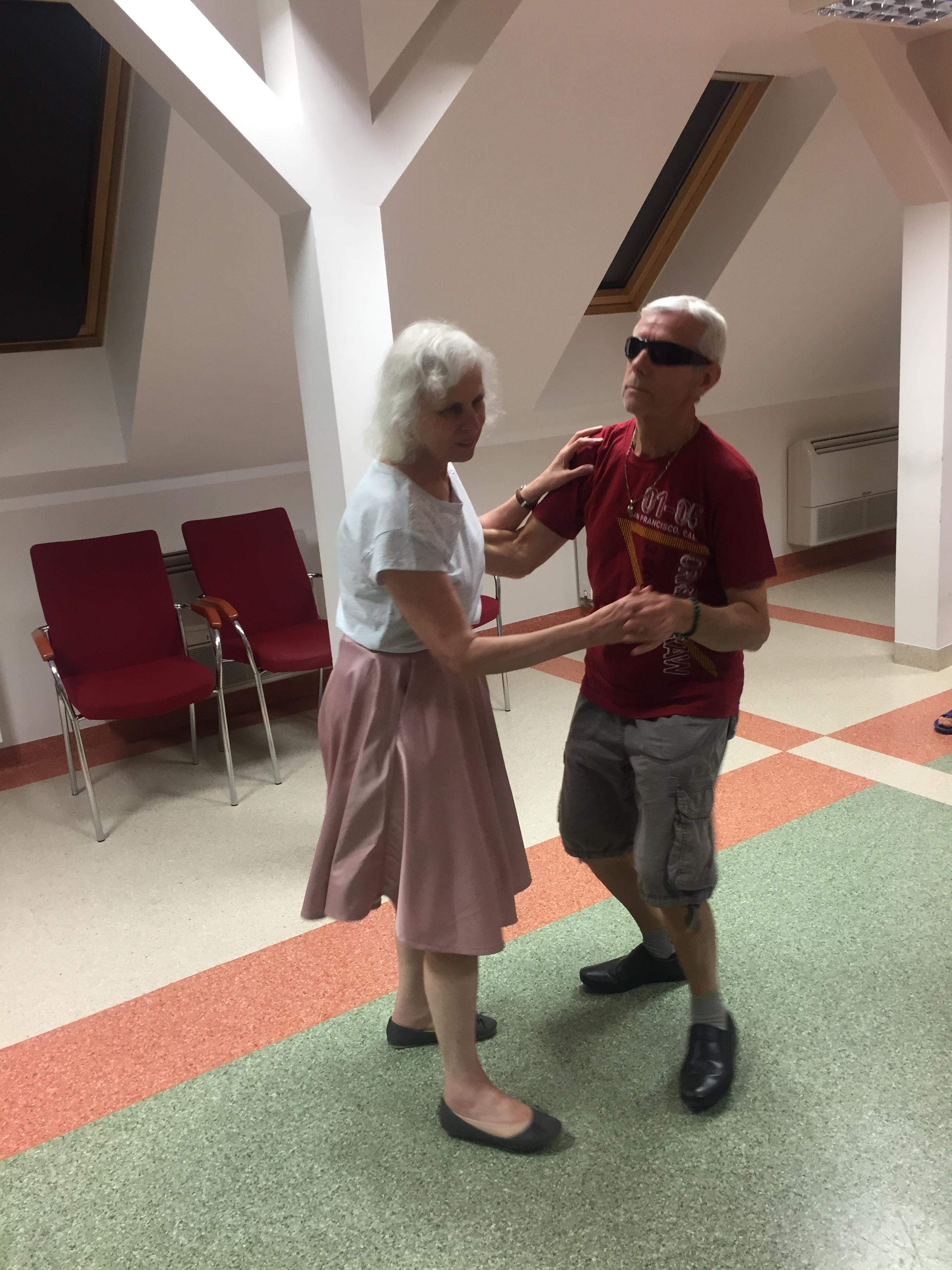 Czas na taniec – para niewidomych tancerzy podczas wieczoru integracyjnego